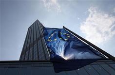 Здание Европейского центробанка во Франкфурте-на-Майне, 4 августа 2011 года. Регуляторы Европейского центробанка по-разному смотрят на перспективы сокращения ключевой ставки, в то время как финансовые рынки говорят, что возможно ее резкое сокращение в свете нарастающего экономического кризиса. REUTERS/Ralph Orlowski