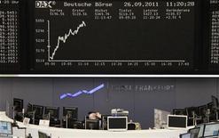 Трейдер работает в торговом зале Франкфуртской фондовой биржи, 26 сентября 2011 года. Европейские фондовые рынки выросли в понедельник благодаря банкам и страховым компаниям, так как надежды на новые меры политиков и Центробанка поддержали оба сектора. REUTERS/Remote/Pawel Kopczynski
