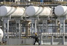 Рабочий прохидит по территории нефтеперегонного завода под Красноярском, 9 сентября 2011 года. Правительство РФ утвердило ставку таможенной пошлины на нефть в октябре в соответствии с новой схемой расчёта - на уровне $411,4 за тонну, говорится в постановлении, опубликованом во вторник в Российской газете. REUTERS/Ilya Naymushin