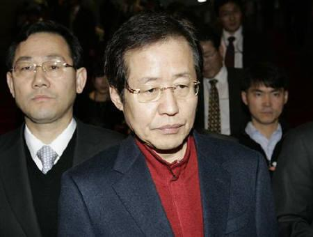Hong Joon-pyo (front), leader of the ruling Grand National Party (GNP), leaves after a meeting in Seoul December 30, 2008. REUTERS/Jo Yong-Hak/Files
