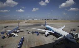 """Самолеты авиакомпании American Airlines стоят в аэропорту в Далласе, 20 июля 2011 года. Международная ассоциация воздушного транспорта (IATA) предупредила о наступлении тяжелых времен для отрасли авиаперевозок, а глава Thai Airways назвал """"пугающей"""" неопределенность на финансовом рынке, связанную с замедлением роста экономик США и Европы. REUTERS/Darrell Byers"""