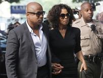 Janet Jackson chega ao lado do irmão Tito para o primeiro dia do julgamento em Los Angeles do médico Conrad Murray, acusado da morte de Michael Jackson. 27/09/2011 REUTERS/Danny Moloshok
