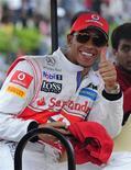 Piloto da McLaren Lewis Hamilton acena antes de apresentação na estrada Banglore-Mysore, na Índia, com o carro em que foi campeão do mundo em 2008. 27/09/2011 REUTERS/Dipti Desai