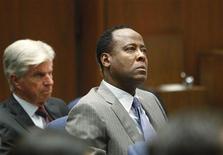 Conrad Murray (centro), médico particular do cantor Michael Jackson, no primeiro dia do julgamento sobre a morte do astro pop, em Los Angeles, nos Estados Unidos, nesta terça-feira. 27/09/2011 REUTERS/Al Seib/Pool