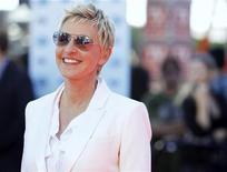 """A apresentadora de talk show Ellen DeGeneres chega para a final da nona temporada do """"American Idol"""", em Los Angeles, em maio de 2010. Ela chamou os paramédicos na segunda-feira depois de ter sentido dor e aperto no peito, mas brincou com o incidente afirmando ter um """"coração de babuíno"""" e admitindo que não tinha certeza sobre o quê causou o desconforto. 26/05/2010 REUTERS/Mario Anzuoni"""