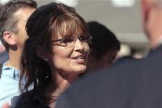 """A ex-governadora do Alaska, Sarah Palin, chega para um evento em Pella, Iowa, em junho. Ela ameaçou na segunda-feira processar o autor e o editor de uma biografia pouco elogiosa que ela disse que estava repleta de """"mentiras e rumores apresentados como verdades"""". 28/06/2011 REUTERS/Brian C. Frank"""