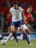 O jogador do Manchester United Phil Jones disputa lance com Marco Streller, do Basel, em jogo da Liga dos Campeões.  REUTERS/Eddie Keogh