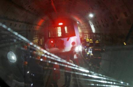9月28日、270人以上が負傷した上海の地下鉄追突事故で、当局の調査チームは原因究明に向けた作業を本格化。写真は事故現場で27日撮影(2011年 ロイター)