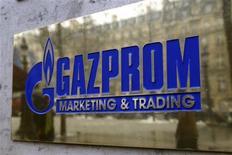 Табличка с логотипом Газпрома у входа в подразделение компании в Париже, 5 января 2009 года.    Еврокомиссия заподозрила в нарушениях антимонопольного законодательства поставщиков газа, в том числе российского газового монополиста Газпрома, европейская штаб-квартира которого в Берлине уже подверглась проверке. REUTERS/Charles Platiau