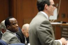 Доктор Мюррей Конрад (слева) в суде в Лос-Анджелесе, 27 сентября 2011 года. Лечащий врач Майкла Джексона предстанет перед судом по обвинению в ответственности за смерть певца, который скончался от остановки сердца более двух лет назад. REUTERS/Al Seib/Pool