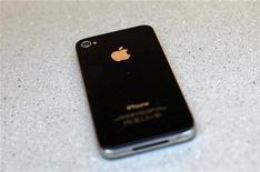 Смартфон iPhone 4 в магазине в Нью-Йорке, 24 июня 2010 года. Apple Inc может уже на следующей неделе показать свой долгожданный новый iPhone, у которого, по словам аналитиков, будет увеличенный экран и ряд других преимуществ. REUTERS/Eric Thayer
