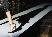 Модель на показе Gucci на Миланской неделе моды 21 сентября 2011 года. Модный дом Gucci открыл свой первый музей в флорентийском паллацо на этой неделе, через 90 лет после того, как вдохновленный стилем английских аристократов Гуччио Гуччи начал свой бизнес.  REUTERS/Alessandro Garofalo