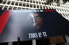 """<p>Un afiche en memoria de Michael Jackson a las afueras de la corte suprema de Los Angeles, sep 27 2011. La estrella del pop Michael Jackson tenía muchas esperanzas en sus conciertos """"This Is It"""" en el 2009 y creía que serían la chispa que relanzaría su carrera, pero en los días previos a su muerte su capacidad para actuar pendía de un hilo. REUTERS/David McNew</p>"""