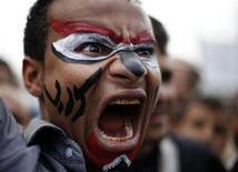 Демонстрант на акции протеста в Сане, 15 сентября 2011 года. Масштабные вооруженные столкновения на севере столицы Йемена на рассвете в четверг ознаменовали крах трехдневного перемирия, объявленного после недели унесших более 300 жизней боев, самого кровопролитного эпизода с начала восстания против президента Али Абдуллы Салеха в январе. REUTERS/Khaled Abdullah
