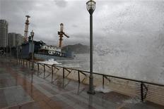 """Волны, вызванные тайфуном """"Несат"""", на набережной в Гонконге, 29 сентября 2011 года. Мощный тайфун обрушился на Гонконг в четверг, что привело к закрытию рынков, школ и большинства предприятий в одном из важнейших финансовых центров Азии. REUTERS/Bobby Yip"""