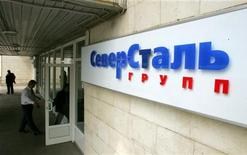 Мужчина входит в отделение компании Северсталь в Москве, 26 мая 2006 года.  Одна из крупнейших стальных компаний РФ Северсталь хочет войти в топ-5 мировых сталепроизводителей по уровню показателя EBITDA, веря в дальнейший рост цен на свою продукцию, следует из ее презентации ко Дню инвестора, который компания в четверг проводит в Лондоне. REUTERS/Shamil Zhumatov