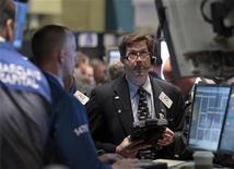 Трейдеры следят за торгами в Нью-Йорке, 28 сентября 2011 года. Американские акции в большинстве своем выросли в ходе волатильных торгов четверга, так как превысившая ожидания макроэкономическая статистика и поддержка Германией расширения фонда спасения еврозоны освободили рынок от двух худших опасений. REUTERS/Brendan McDermid
