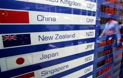 """Электронное табло около обменного пункта в Сиднее, 18 июня 2007 года. Рейтинговые агентства Fitch и S&P в четверг понизили кредитный рейтинг Новой Зеландии на одну ступень до """"АА"""" с """"АА+"""" со стабильным прогнозом, ссылаясь на растущий внешний долг. REUTERS/Mick Tsikas"""