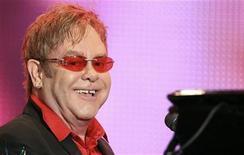 <p>El cantautor Elton John durante su presentación en el Festival Musical Rock in Río en Río de Janeiro, sep 23 2011. Una subasta con obras de Jeff Koons, Keith Haring y otros cuatro artistas podría recaudar más de 1 millón de dólares para la Fundación Sida de Elton John (EJAF) en noviembre, dijo el viernes Sotheby's. REUTERS/Sergio Moraes Imagen para uso no comercial, ni ventas, ni archivos. Solo para uso editorial. No para su venta en marketing o campañas publicitarias.</p>
