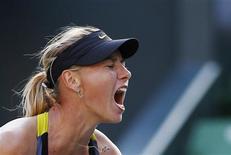 A russa Maria Sharapova reage durante partida contra a alemã Julia Goerges em jogo no torneio Pan Pacific. 28/09/2011 REUTERS/Yuriko Nakao
