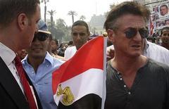O ator norte-americano Sean Penn segura bandeira do Egito durante protestos nesta sexta-feira.  REUTERS/Stringer
