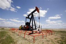 Нефтяная вышка на месторождении в канадской провинции Альберта, 30 июня 2009 года. Нефть дешевеет в понедельник утром на фоне непрекращающегося роста опасений о том, что мировая экономика может скатиться обратно к рецессии. REUTERS/Todd Korol
