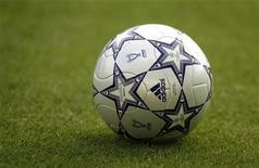 Футбольный мяч на поле в Афинах, 22 мая 2007 года. Оба футбольных клуба из Манчестера продолжают набирать очки в чемпионате Англии и вдвоем возглавлять турнирную таблицу. REUTERS/Dylan Martinez