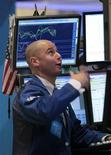 Трейдер следит за изменением показателей на бирже в Нью-Йорке, 30 сентября 2011 года. Долговой кризис Европы и ослабление экономики Китая вызвали опасения среди инвесторов о том, что глобальная финансовая система может скатиться обратно в рецессию, снизив прибыли компаний США, в то время как экономика страны все еще никак не может обрести почву под ногами. REUTERS/Brendan McDermid