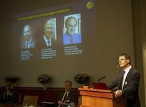 Профессор Каролинского института Ганс-Густав Льюнггрен(справа)объявляет лауреатов Нобелевской премии по медицине и физиологии в Стокгольме, 3 октября 2011 года. Нобелевскую премию по медицине и физиологии получили ученые Брюс Бётлер, Жюль Хоффманн и Ральф Штайнман за вклад в понимание работы иммунной системы, сообщил в понедельник шведский Каролинский институт. REUTERS/Leif R. Jansson/Scanpix