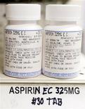 Баночки с аспирином в аптеке в Лос-Анджелесе, 30 июля 2007 года. У пожилых людей, ежедневно принимающих аспирин, риск возникновения макулодистрофии - заболевания, ведущего к потере зрения, - в два раза выше, чем у тех, кто не пользуется болеутоляющим, сообщают европейские исследования. REUTERS/Lucy Nicholson