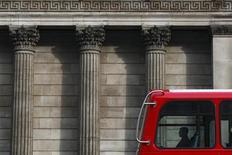 Автобус проезжает мимо Банка Англии в Лондоне, 24 марта 2010 года.  Британское правительство ищет способы направлять деньги прямо компаниям, в форме смягчения кредитных условий, поскольку банковское кредитование ограничено, сказал в понедельник министр финансов Джордж Осборн. REUTERS/Darrin Zammit Lupi