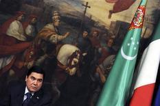Президент Туркмении Курбанкули Бердымухамедов на пресс-конференции в Риме. Туркмения одобрила бюджет на следующий год, намереваясь сократить дефицит благодаря экономическому буму, подпитываемому экспортом газа. REUTERS/Alessandro Bianchi
