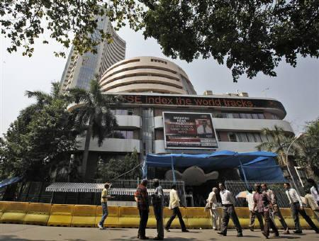 Commuters walk past the Bombay Stock Exchange (BSE) building in Mumbai February 28, 2011. The BSE Sensex dropped for a third straight session on Tuesday, falling 1.77 percent to its lowest close in more than five weeks, as a rating downgrade of SBI rattled investors and sent bank stocks reeling. REUTERS/Danish Siddiqui/Files