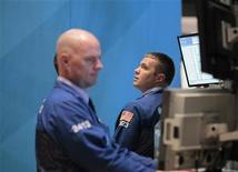 Трейдеры на торгах Нью-Йоркской фондовой биржи 30 сентября 2011 года. Уолл-стрит открылась снижением во вторник после того как европейские лидеры заявили о намерении пересмотреть долю участия частного сектора во второй программе помощи Греции на фоне растущих страхов о распространении кризиса по еврозоне. REUTERS/Brendan McDermid