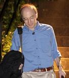 """<p>Saul Perlmutter, ganador del premio Nobel de Física 2011, a la salida de su hogar en Berkeley, Estados Unidos, oct 4 2011. Tres astrónomos ganaron el martes el premio Nobel de Física 2011 por su """"asombroso"""" descubrimiento de la expansión acelerada del universo, cuyas observaciones de explosiones estelares transformaron nuestra visión del mundo y cómo podría terminar. REUTERS/Beck Diefenbach</p>"""