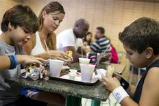 <p>A family eats stuffed arepas at the Arepa Factory restaurant in Caracas September 25, 2011. REUTERS/Carlos Garcia Rawlins</p>