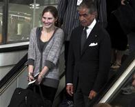 A estudante norte-americana Amanda Knox sorri no aeroporto Leonardo Da Vinci, em Fiumicino. Knox embarcou nesta terça-feira de volta para os EUA, após quatro anos de prisão na Itália, enquanto a família da jovem assassinada Meredith Kercher manifestou tristeza por continuar longe de esclarecer o crime. 04/10/2011 REUTERS/ANSA/TELENEWS