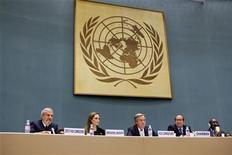 A embaixadora da boa-vontade para o Alto Comissariado das Nações Unidas para Refugiados (Acnur) Angelina Jolie (2a à esquerda) participa de encontro anual do Acnur, em Genebra. Jolie vai assumir um papel novo em crises de refugiados. O anúncio foi feito na terça-feira pela atriz norte-americana. Fontes do Acnur disseram à Reuters que o novo papel será o de Representante Especial para o problema dos refugiados afegãos. 04/10/2011 REUTERS/Jason Tanner/UNHCR/Handout