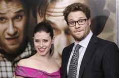 Seth Rogen, membro do elenco, chega à premiê do filme 50/50 com Lauren Miller, em Nova York. Rogen e Miller se casaram em cerimônia em domingo, dia 2 de outubro, após namoro de longa data. 26/09/2011 REUTERS/Lucas Jackson