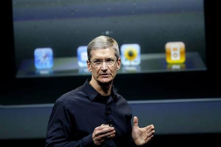 10月4日、米アップルは「iPhone(アイフォーン)」の新機種「4S」を発表したが、市場では期待していたほどの驚きはないと失望の声も聞かれた。写真はクックCEO(2011年 ロイター/Robert Galbraith)