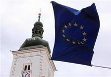Флаг Евросоюза на здании парламента в Загребе 24 июня 2011 года. Европейские министры финансов во вторник решили защитить свои банки, поскольку растут сомнения в том, что запланированная вторая программа помощи Греции будет реализована. REUTERS/Nikola Solic