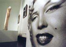 """Коллекция нарядов Мэрилин Монро из знаменитых фильмов, включая """"Джентльмены предпочитают блондинок"""" и """"Автобусная остановка"""", будут выставлены на продажу в декабре. 3 июня 1999 г. REUTERS/Peter Morgan"""