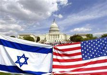 Флаги Израиля и США на фоне Капитолия в Вашингтоне, 15 апреля 2002 года. Израиль освободил от должности заместителя посла в США из-за предполагаемой утечки информации о секретных переговорах с Вашингтоном, сообщили источники в дипломатических кругах в среду. REUTERS/Kevin Lamarque