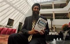 """<p>Suneet Singh Tuli, presidente ejecutivo de DataWind, muestra la tableta """"más barata del mundo"""" durante su lanzamiento en Nueva Delhi, oct 5 2011. India lanzó el miércoles una nueva tableta, a la que calificó como la más barata del mundo, para venderla a estudiantes a un precio subvencionado de 35 dólares con el objetivo de ampliar el acceso digital en el gigante asiático que va por detrás de China y Brasil en conectividad. REUTERS/Parivartan Sharma</p>"""