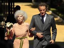 A duquesa de Alba Cayetana Fitz-James Stuart y Silva (E) e seu marido Alfonso Diez posam na entrada do Palácio de Las Duenas após seu casamento em Sevilla. 05/10/2011 REUTERS/Marcelo Del Pozo