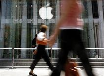 Entrada da loja da Apple em Nova York. Steve Jobs, cofundador e ex-CEO da Apple, considerado um dos maiores executivos norte-americanos da sua geração, morreu nesta quarta-feira aos 56 anos, após uma longa batalha pública contra o câncer e outras doenças. REUTERS/Brendan McDermid