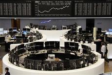 Трейдеры в торговом зале биржи во Франкфурте-на-Майне 5 октября 2011 года. Европейские рынки акций открылись ростом в четверг в надежде, что регуляторы примут достаточно действенные меры для поддержки банковского сектора, однако инвесторы осторожны в ожидании решения Европейского центробанка о ставках и политике. REUTERS/Remote/Bob Strong