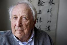 Архивное фото шведского поэта Томаса Транстремера, сделанное у него дома в Стокгольме, 31 марта 2011 года. Шведский поэт Томас Транстремер получил Нобелевскую премию по литературе 2011 года. REUTERS/Jessica Gow/Scanpix/Files