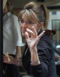 Сара Пэйлин выходит из офиса Fox News в Нью-Йорке, 1 июня 2011 года. Бывший губернатор Аляски и член Республиканской партии США Сара Пэйлин отказалась от участия в президентских выборах 2012 года. REUTERS/Brendan McDermid