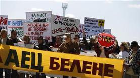 Демонстранты держат плакаты на акции протеста у ворот строительной площадки второй в Болгарии АЭС рядом с Белене. Фото от 25 апреля 2011. Болгария подала в суд на российский Атомстройэкспорт за задержку оплаты оборудования в рамках строительства атомной электростанции. REUTERS/Stoyan Nenov